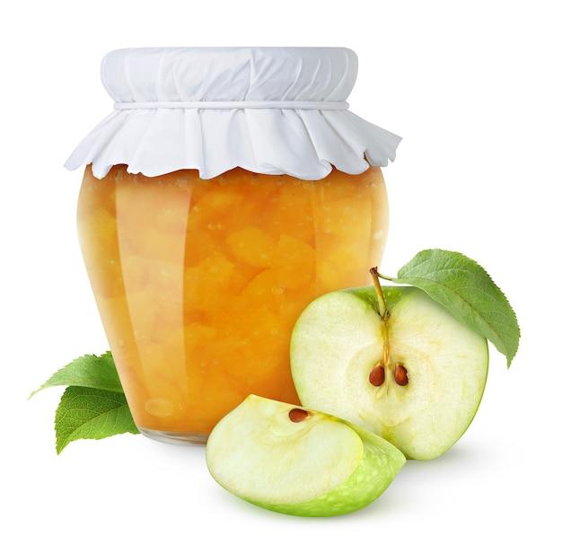 Zelfgemaakte appeljam in glazen pot met papieren deksel en gesneden groene appels geïsoleerd op een witte achtergrond