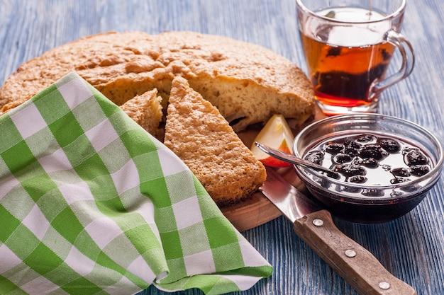Zelfgemaakte appeltaart en kopje thee