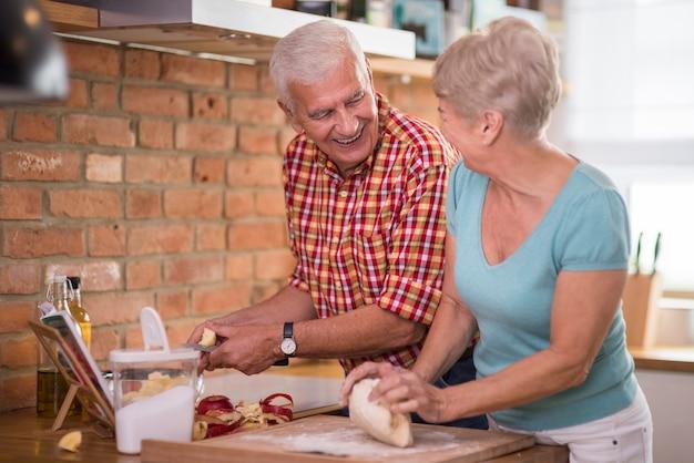 Zelfgemaakte appeltaart gemaakt door grootouders