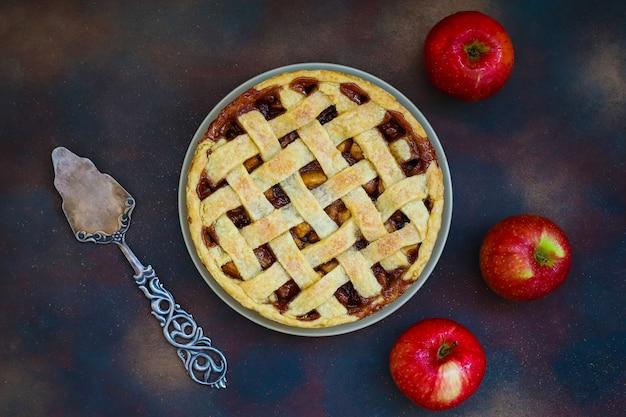 Zelfgemaakte appeltaart op donkere, bovenaanzicht, kopie ruimte