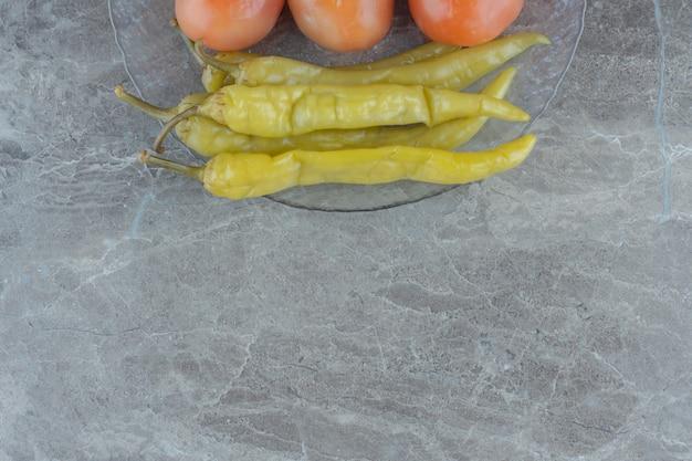 Zelfgemaakte augurk. rode tomaat en hete pepers. bovenaanzicht.
