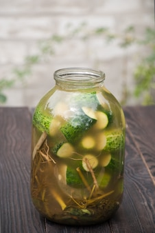 Zelfgemaakte augurken met specerijen en kruiden in een glazen pot
