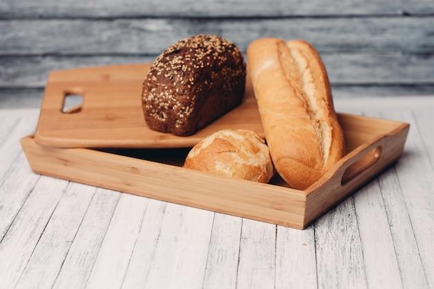 Zelfgemaakte bakken houten bakje snack frisse smaak. hoge kwaliteit foto