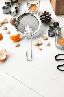 Zelfgemaakte bakkerij maken, peperkoekkoekjes in de vorm van een kerstboom.