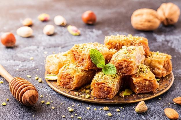 Zelfgemaakte baklava met noten en honing, selectieve aandacht. Premium Foto