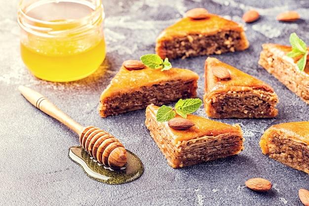 Zelfgemaakte baklava met noten en honing