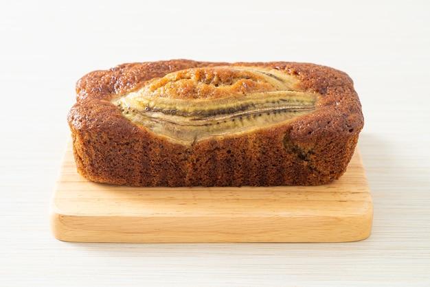 Zelfgemaakte bananencake op een houten bord Premium Foto