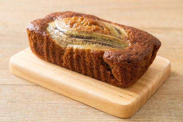 Zelfgemaakte bananencake op een houten bord