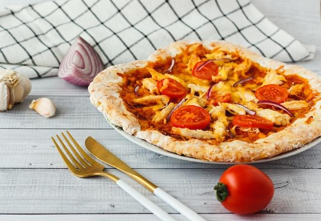 Zelfgemaakte barbecue kip pizza met tomaat