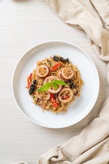 Zelfgemaakte basilicum en pittig kruid gebakken rijst met inktvis of octopus - aziatische eetstijl