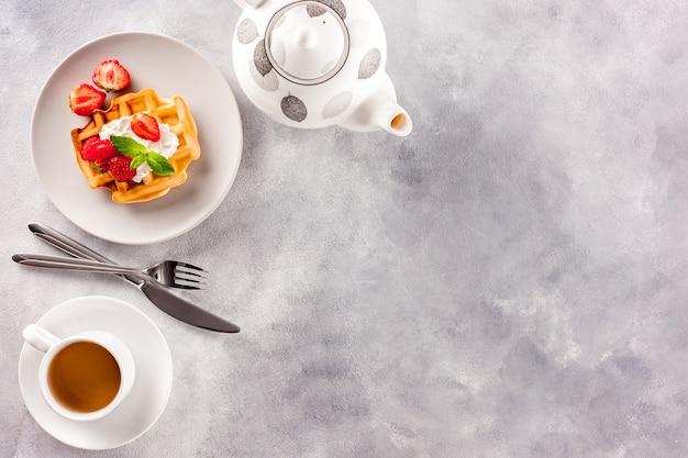 Zelfgemaakte belgische wafels op grijs marmer