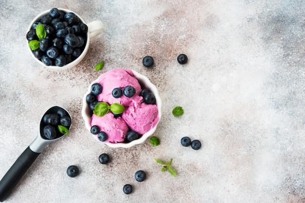 Zelfgemaakte berry ijs in een witte kop
