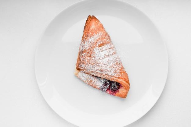 Zelfgemaakte bessencroissant. verse croissant op een houten oppervlak
