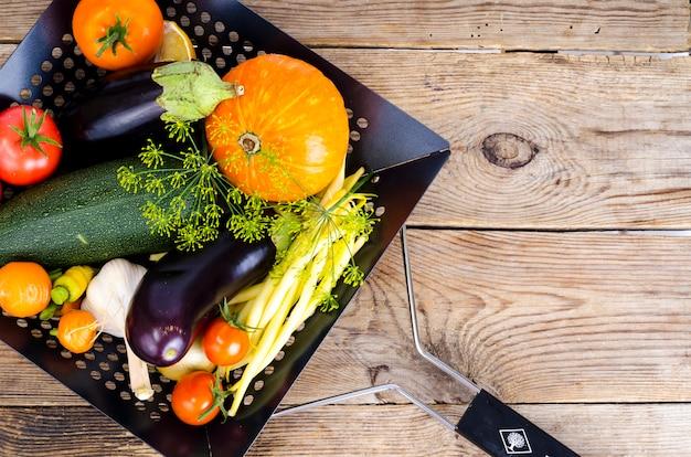 Zelfgemaakte bio groenten voor het bakken. studio foto