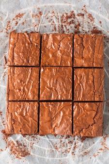 Zelfgemaakte biologische fudge en knapperige brownies op bakplaat