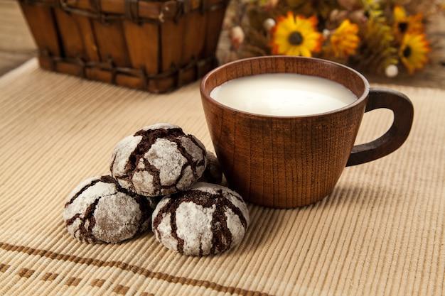 Zelfgemaakte biologische koekjes met cacao en chocolade, favoriet oma's koekje met kopje melk.