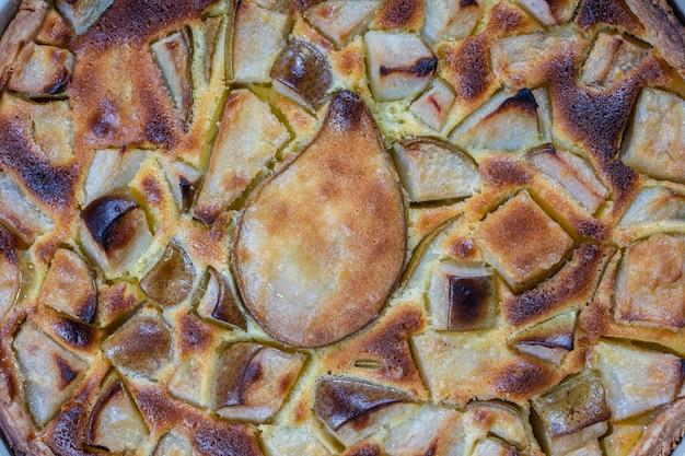 Zelfgemaakte biologische perentaart dessert klaar om te eten. perentaart op de oude houten achtergrond, close-up. mooie biologische vers fruit taart met glutenvrije korst