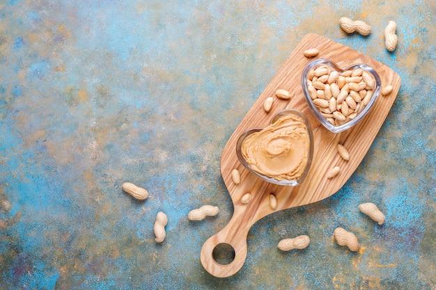Zelfgemaakte biologische pindakaas met pinda's