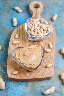 Zelfgemaakte biologische pindakaas met pinda's.