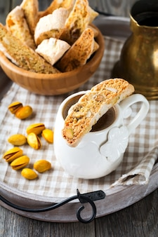 Zelfgemaakte biscotti met noten en kopje koffie