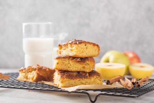 Zelfgemaakte blondie (blond) brownies appeltaart vierkante plakjes met glas melk
