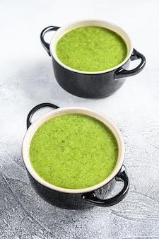 Zelfgemaakte broccoli en spinazie roomsoep in kom