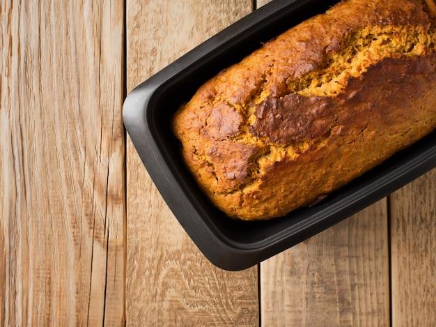 Zelfgemaakte broodcake op houten achtergrond. ruimte kopiëren, bovenaanzicht
