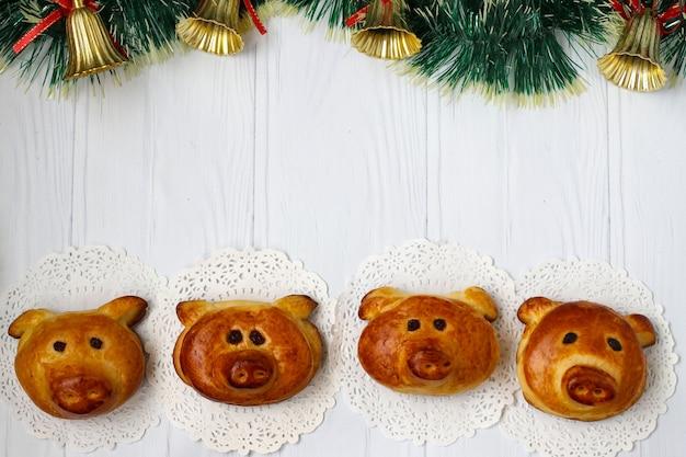 Zelfgemaakte broodjes biggen op een wit oppervlak, horizontale oriëntatie, bovenaanzicht, kopie ruimte