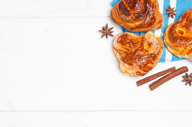 Zelfgemaakte broodjes met kaneelstokjes. kopieer ruimte