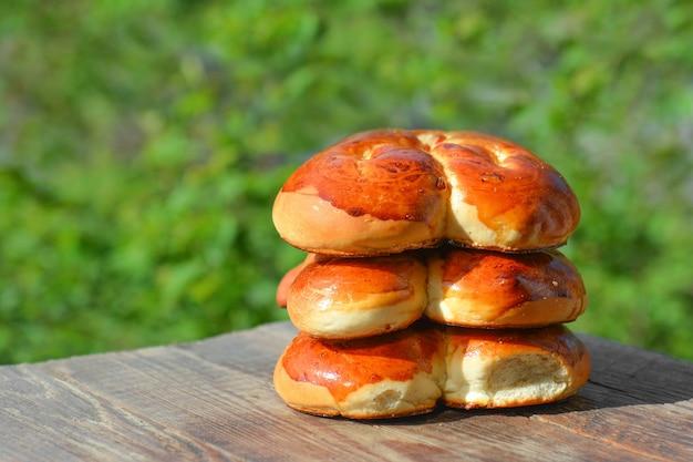 Zelfgemaakte broodjes op een tafel in de tuin