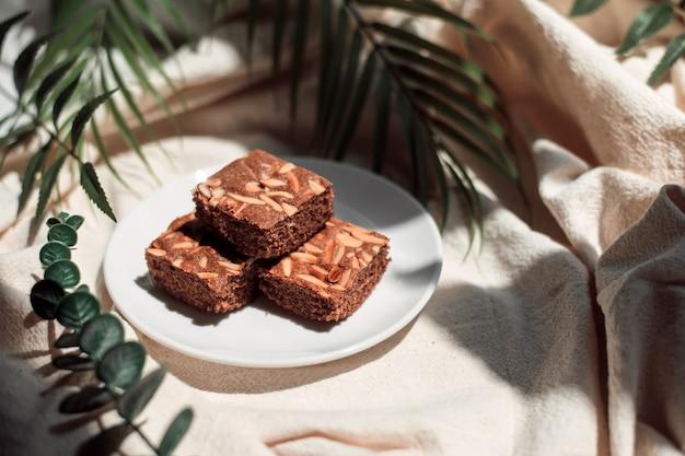 Zelfgemaakte brownies op witte doeken achtergrond