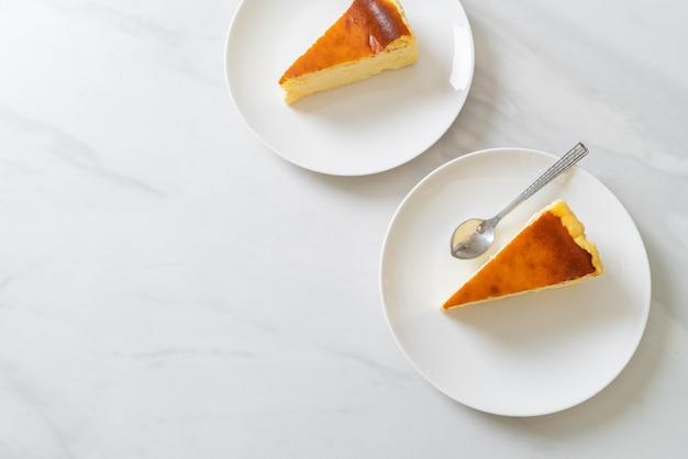 Zelfgemaakte burn cheesecake op wit bord