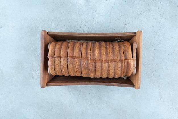 Zelfgemaakte cacaocake in houten kist.