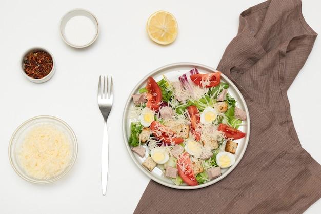 Zelfgemaakte caesar salade met parmezaanse kaas op witte tafel