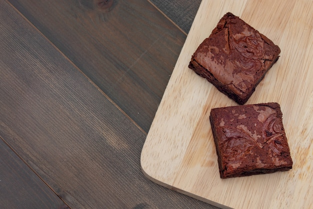 Zelfgemaakte cake chocolade brownies op houten tafel