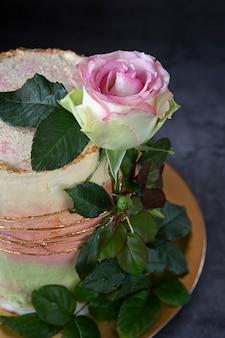 Zelfgemaakte cake. de verjaardagstaart is versierd met een levende roos.