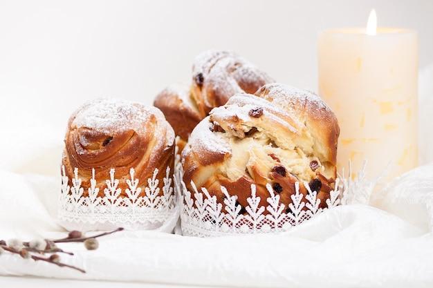 Zelfgemaakte cake kraffin van pasen met poedersuiker.