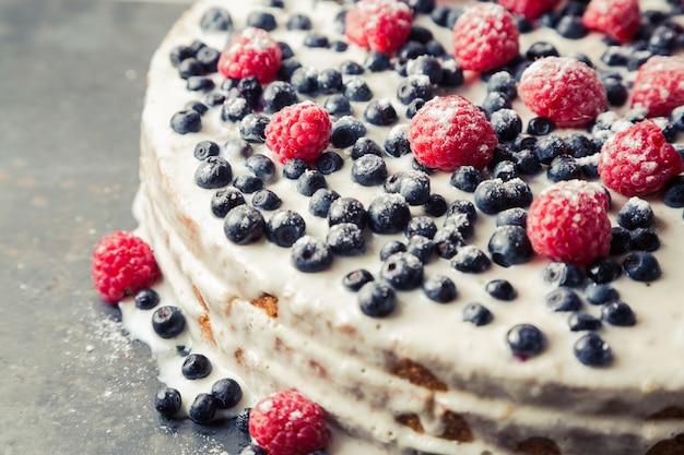 Zelfgemaakte cake met bosbessen en frambozen