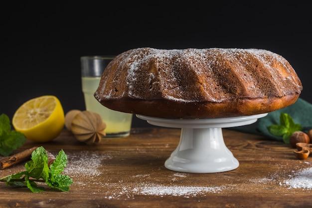 Zelfgemaakte cake met citroen vooraanzicht