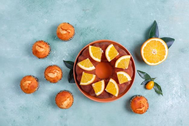 Zelfgemaakte cake met citrusvruchten.