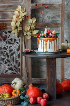 Zelfgemaakte cake met fruit, bessen en karamel
