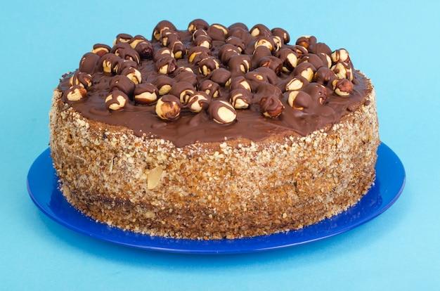 Zelfgemaakte cake met hazelnoten en chocolade.