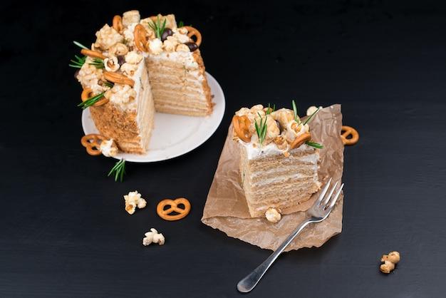 Zelfgemaakte cake met karamel en koekjes