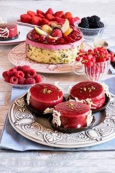 Zelfgemaakte cake met taartjes