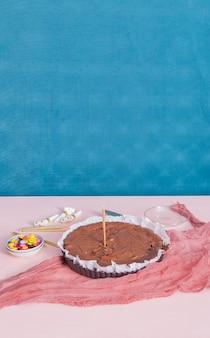 Zelfgemaakte cake op de tafel