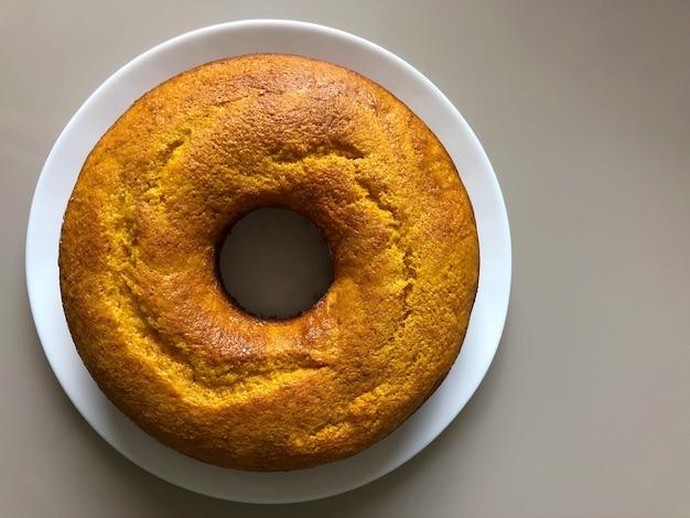 Zelfgemaakte cake op een witte cake - bovenaanzicht