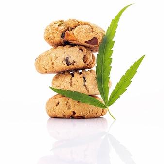 Zelfgemaakte cannabiskoekjes met cannabisoliën van marihuana die op wit wordt geïsoleerd