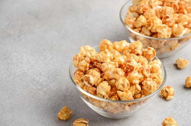 Zelfgemaakte caramel popcorn.