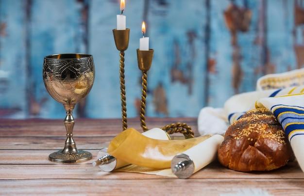 Zelfgemaakte challah, wijn en kaarsen voor shabbat