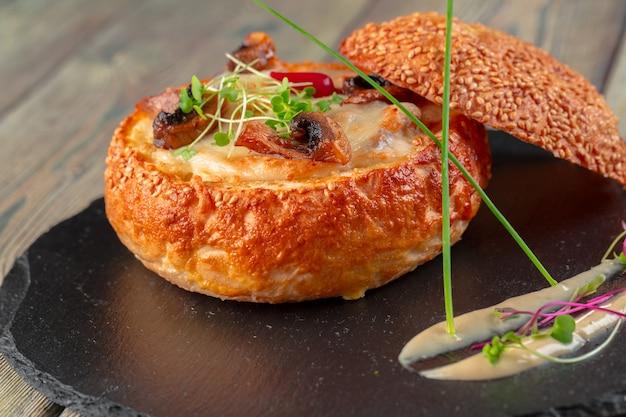 Zelfgemaakte champignonroomsoep, geserveerd in broodkom